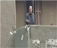 كلاكيت ثاني مرة | مسجل خطر يلقي المال على المواطنين من شرفة منزله