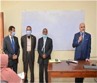 رئيس جامعة الأقصر يلتقى طلاب الدراسات العليا لبحث طلباتهم