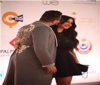 كعادته ..الفيشاوي يقبل زوجته أمام كاميراتالمصورين