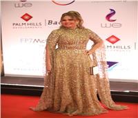إطلالة ذهبية ليسرا في ختام ليالي «القاهرة السينمائي»