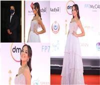 مريم الخشت بفستان فضي بختام مهرجان القاهرة السينمائي