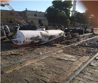 سيارة تقتحم مزلقان بأسوان.. والقطار يحولها «خردة»