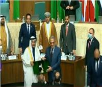 رئيس البرلمان العربي يكرم عمرو موسى