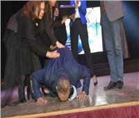 أشرف زكي يكشف سر سجدته بعد تكريمه بالمهرجان العربي للمسرح