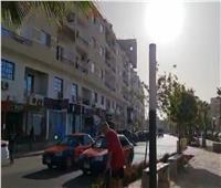 «سائحان سويسريان» يشاركان العمال في تنظيف شوارع الغردقة.. فيديو
