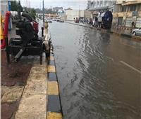 تراكم مياه الأمطار على كورنيش الإسكندرية.. والدفع بفرق طوارئ | صور