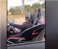 «باتمان المصري» يقود سيارة خارقة ويعمل على مساعدة الناس | فيديو
