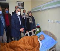محافظ البحر الأحمر يزور طالب تعرض لحادث سير ويتكفل بعلاجه