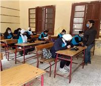 طلاب أولى ثانوي يتحدون الطقس السيء بأداء الامتحانات في المدارس.. صور