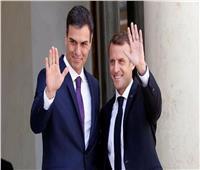رئيس حكومة إسبانيا يعزل نفسه بعد إصابة الرئيس الفرنسي بكورونا