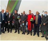وزير التعليم العالي يرتدي بدلة «رالي السيارات» بالأهرامات