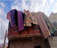 خوفا من الإزالة.. مواطن يغطي منزله بـ «الحصير» في الإسكندرية