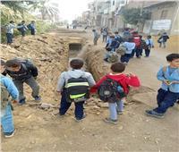 حُفر الصرف الصحي تهدد حياة طلاب بني مزار