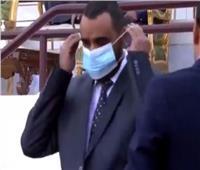 بالفيديو..مسئولان يستخدمان كمامة واحدة أثناء مباراة في السعودية