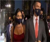 لحظة وصول رونالدو والخطيب وبيكيه لحفل جلوب سوكر| فيديو