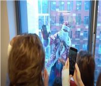 «قوات بابا نويل» تتسلق الجدران لإسعاد قلوب الصغار |فيديو