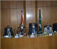 محافظ المنيا يتابع المؤشرات العامة للسكان ويوجه بتكثيف حملات التوعية
