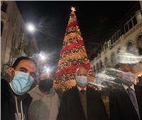 محافظ القاهرة يلتقط صورة تذكارية مع المواطنين احتفالا برأس السنة