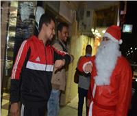 بعربة سندريلا.. بابا نويل يوزع كمامات على مواطنين في إسنا بالأقصر.. صور