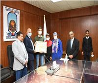 رئيس جامعة الأقصر يكرم الطلاب الأوائل بدبلوم الدراسات التربوية