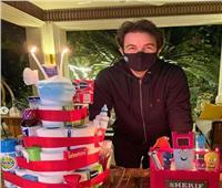 صور| شريف رمزي يحتفل العام الجديد بـ«تورتة أدوات النظافة»