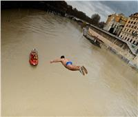 روما تتحدى «كورونا» بالقفز في النهر