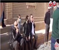 أخبار اليوم  تامر حبيب وأحمد حلمي يودعان وحيد حامد داخل مقبرته.. فيديو
