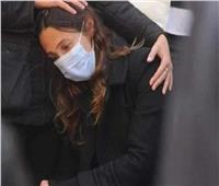 انهيار زوجة آسر ياسين في جنازة والدتها.. صور