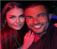 «صورة مع فتاة جميلة».. هل دخل عمرو دياب قصة حب جديدة في دبي؟