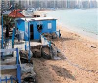 أمواج تأكل الشواطئ وكراسي وشماسي مكدسة.. إسكندرية «282 يومًا بلا زبائن»