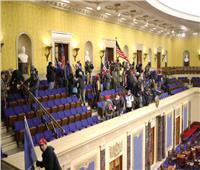 الشرطة الأمريكية تخرج المتظاهرين من مبنى الكونجرس