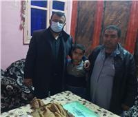 محافظ بني سويف يبحث شكوى مواطن ابنه مصاب بخلل بالجهاز المناعي