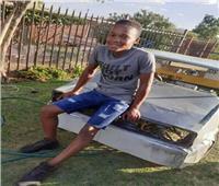 صبي إفريقي.. يجمع سيارة من الخردة وبقايا الدراجات