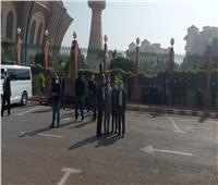 وصول جثمان الفنان هادي الجيار لمسجد الشرطة| صور وفيديو