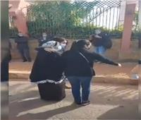 انهيار شقيقة هادي الجيار في وداعه لمثواه الأخير.. فيديو