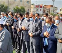 محافظا البحيرة والقليوبية يؤديان صلاة الجنازة على الدكتور حمدى الطباخ.. صور