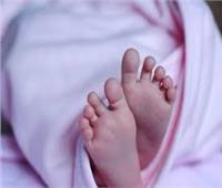 تجردت من مشاعر الأمومة .. تلقي طفلتها الرضيعة في الشارع
