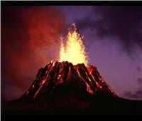 حمم بركانية تلتهم الصخور في هاواي