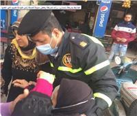 في لفتة إنسانية.. ضابط شرطة يساعد مسنة للوصول إلى الطبيب