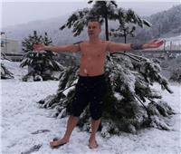 دفن نفسه في الثلج.. شاب يمتنع عن الطعام والشراب