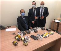 ضبط راكب بمطار القاهرة حاول تهريب «تليفونات» حول جسده