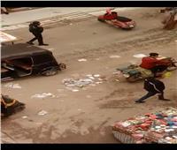 أهالي شارع مصطفى حافظ ينظفون الطريق بعد غياب عمال النظافة