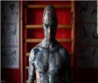 بسبب «هوس التاتو».. رجل يرسم عينيه من الداخل