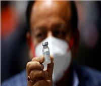 عامل نظافة أول شخص يتلقى لقاح كورونا في حملة تطعيم بالهند