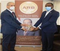 سفير مصر بأبيدجان يتسلم جائزة «بناة الطريق» نيابة عن الرئيس السيسي