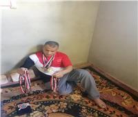 بطل الجمهورية في ألعاب القوى.. يعمل في المعمار ومنزله من «البوص»بالغربية