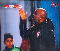 الأمطار تغرق ستاد المكس خلال مباراة الأهلي و«البنك»