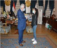 لهذا السبب.. وزير التعليم يكرم إبنة أحد الشهداء
