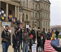 قناة أمريكية: تجمع عشرات المسلحين أمام برلمان ميشيجان