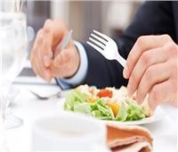في هذه الدولة.. «الأكل باليد» والإتيكيت ممنوع